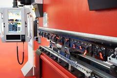 Het metaal die van de persrem CNC machine buigen stock fotografie