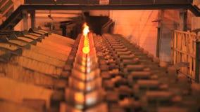 Het metaal leidt productielijn door buizen Hete staalpijp op productielijn bij fabriek stock footage