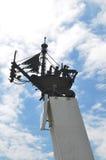Het metaal smeedde zeilboot bovenop stele, op de weg anapa-Kerch wordt geïnstalleerd, toen het verlaten van luchthaven van toevlu Royalty-vrije Stock Foto