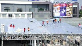 Het metaal van het arbeidersdakwerk voor het dak op een groot commercieel gebouw bij Petchkasem-weg Omnoi, Krathum Baen, Samut Sa stock footage