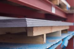 Het metaal van de staalplaat op een rode bouw Achtergrond stock foto