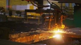 Het metaal van laserbesnoeiingen onder op hoge temperatuur in workshop stock videobeelden