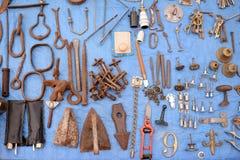 Het metaal verouderde roestige hulpmiddelen en verschillende sleutels op blauw Stock Afbeelding