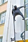 Het metaalbeeldhouwwerk van de mens op stelten maakte in moderne stijl bij de voorgevel van Novgorod-centrum van eigentijdse kuns Stock Foto's