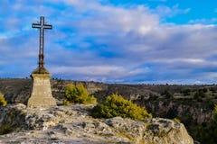 Het metaalkruis over de horizon in een mooie vallei Royalty-vrije Stock Foto