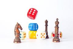 Het metaalschaak en het Houten plastiek dobbelen Stock Afbeelding