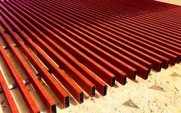 Het metaalstaal en de aluminiumpijp hopen in het ladingspakhuis op voor vervoer en logistiek aan de productiefabriek royalty-vrije stock afbeelding