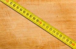 Het meten van band op een houten lijst stock foto