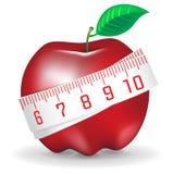 Het meten van band rond verse rode appel Stock Foto
