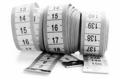 Het meten van banden van kleermaker met indicatoren in vorm van centimeters Het naaien van en het meten van concept Stock Afbeeldingen