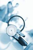 Het meten van bloeddruk in de personeelsruimte bij het ziekenhuis stock foto