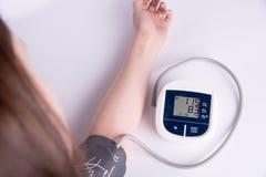 het meten van bloeddruk op een witte achtergrond Stock Afbeelding