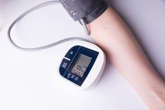 het meten van bloeddruk op een witte achtergrond Stock Fotografie