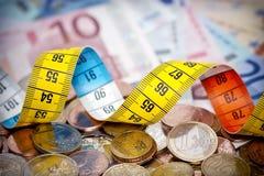 Het meten van Geld Stock Foto