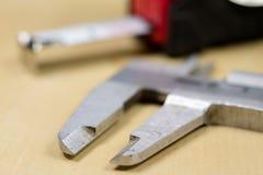 Het meten van hulpmiddelen in de workshop Beugel voor het slotenmakerwerk aangaande a Stock Foto