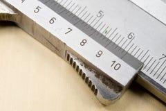 Het meten van hulpmiddelen in de workshop Beugel voor het slotenmakerwerk aangaande a Stock Afbeelding