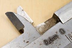 Het meten van hulpmiddelen in de workshop Beugel voor het slotenmakerwerk aangaande a Stock Foto's