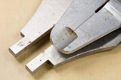 Het meten van hulpmiddelen in de workshop Beugel voor het slotenmakerwerk aangaande a Stock Afbeeldingen