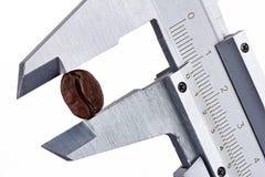 Het meten van koffie met schakelnet stock foto