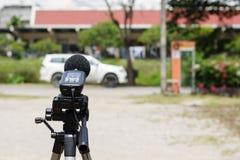 Het meten van het lawaai op de weg met een geluidsniveaumeter stock fotografie