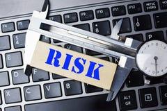 Het meten van het risicoconcept met het hulpmiddel van de hoge precisiebeugel op laptop toetsenbord royalty-vrije stock foto's