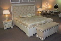 Het meubilair van de luxeslaapkamer in een klassieke stijl Stock Afbeelding
