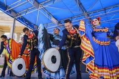 Het Mexicaanse dansen in beroemd Cinco de Mayo Festival stock foto's