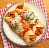 Het Mexicaanse Voedsel van Kippenenchiladas Stock Afbeelding
