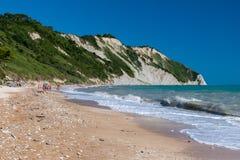Het Mezzavalle-strand op het Conero-gebied dichtbij Ancona tijdens de zomer royalty-vrije stock foto