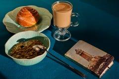 Het middagmaal shooted in zonnige ochtend met een uitstekende blocnote royalty-vrije stock afbeelding