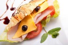 Het Middagmaal van de croissantsandwich met kaas stock afbeeldingen