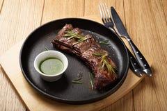 Het middel begrenst goed lapje vlees in een pan Stock Afbeeldingen
