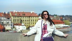 Het middel schoot charmante toeristenvrouw het glimlachen ontspannende status op dijk Europese mooie stad stock videobeelden