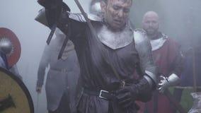 Het middeleeuwse algemene slagveld, trekt zijn zwaard in de rook terug stock videobeelden