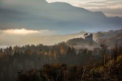 Het middeleeuwse Alpiene Landschap van Kasteelheuvels stock foto