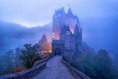 Het middeleeuwse gotische kasteel van Burg Eltz in de ochtendmist, Duitsland royalty-vrije stock foto
