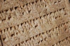 Het middeleeuwse Joodse schrijven in steen als achtergrond Royalty-vrije Stock Afbeelding
