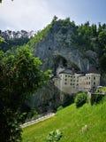 Het middeleeuwse kasteel van Predjama stock afbeeldingen
