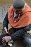 Het middeleeuwse muntstuk die van Viking/smid slaan maken Stock Foto