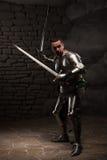 Het middeleeuwse Ridder stellen met twee zwaarden in a Stock Foto