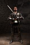 Het middeleeuwse Ridder stellen met twee zwaarden in a Royalty-vrije Stock Fotografie