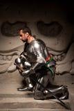 Het middeleeuwse strijder stellen op stappen van oude tempel royalty-vrije stock afbeelding
