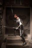 Het middeleeuwse strijder stellen op stappen van oude tempel Royalty-vrije Stock Foto's