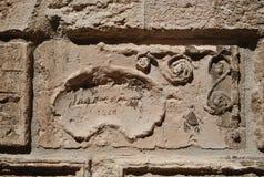 Het middeleeuwse trekken op de muur van oud ALS kasteel stock afbeeldingen