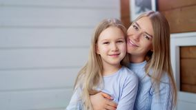 Het middelgrote close-up gelukkige jonge moeder het kussen genieten van hebbend goede leuke tijd weinig dochter stock footage