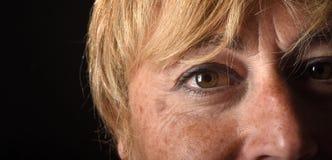 Het midden oude close-up van het vrouwengezicht stock foto's