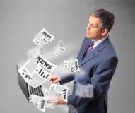 Het midden oude notitieboekje en de lezing van de zakenmanholding explosi Royalty-vrije Stock Foto