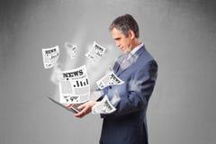 Het midden oude notitieboekje en de lezing van de zakenmanholding explosi royalty-vrije stock afbeeldingen