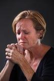 Het midden oude vrouw bidden Stock Foto