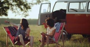 In het midden van een aardig gebied heeft een ontzagwekkend rassenpaar samen een aardige tijd bij de picknick met hun retro beste stock video
